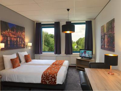 Moderne kamers studio 39 s amsterdam teleport hotel for Moderne toiletartikelen
